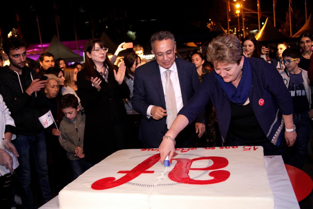 Suzanne Gharamian, Directrice de l'AF d'Arménie, et Hakob Andreassian, Président du Conseil d'administration, coupent le gâteau d'anniversaire de l'Alliance